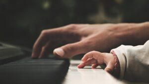 Klaviertasten - Erwachsenenhand und Kinderhand spielen gemeinsam