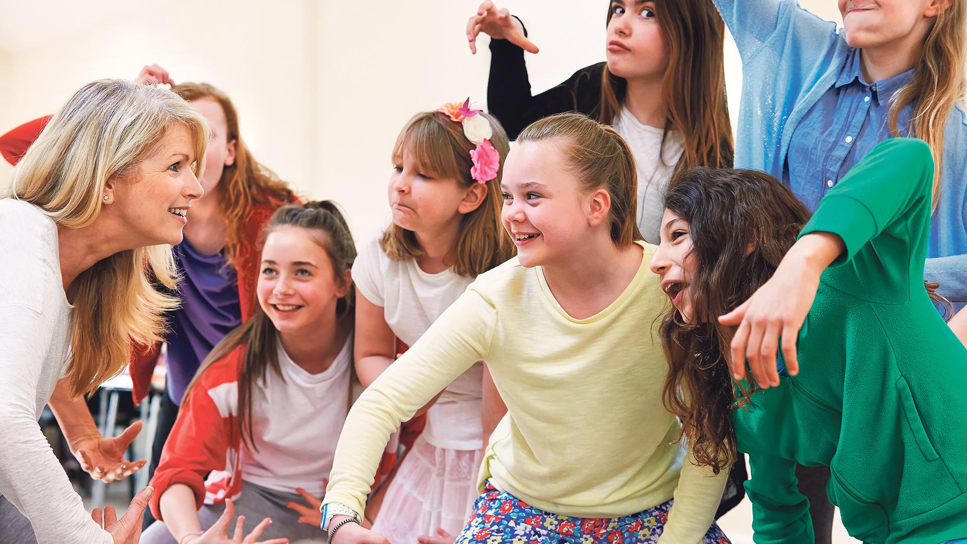 Kinderbeim bewegungsspiel mit einer Pädagogin