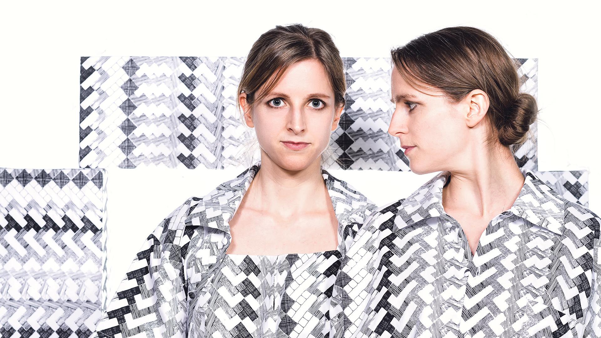 Zwei junge Frauen mit grau gemusterten kleid