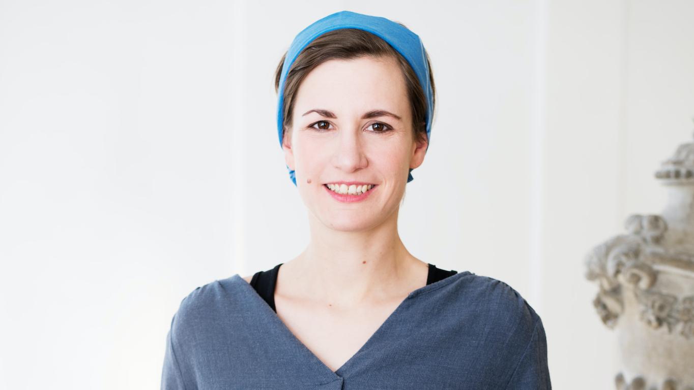junge Frau mit blauem Haarband