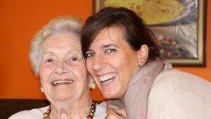 ältere und jüngere Dame