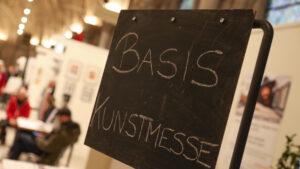 Tafel mit Schriftzug basis Kunstmesse