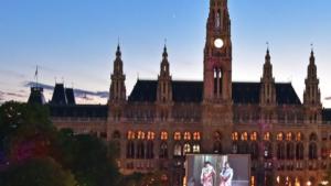 Rathaus mit Filmleinwand