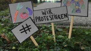 Schilder mit Protestsymbolen