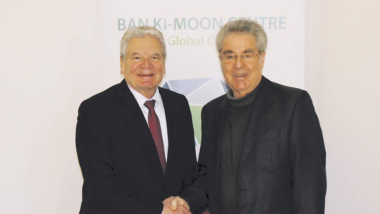 Alt-Präsident Heinz Fischer und Alt-Präsident Joachim Gauck2 herren schütteln sich die Hände
