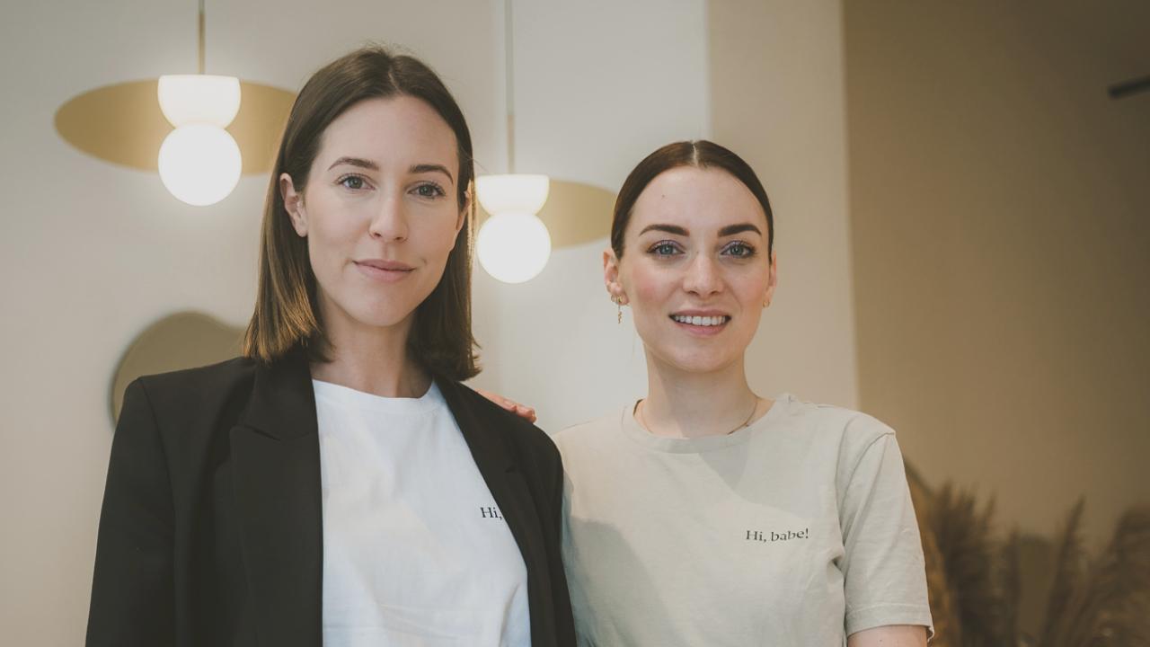 Zwei junge hübsche Frauen