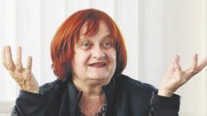 Ältere Frau mit rotem kinnlangem Haar