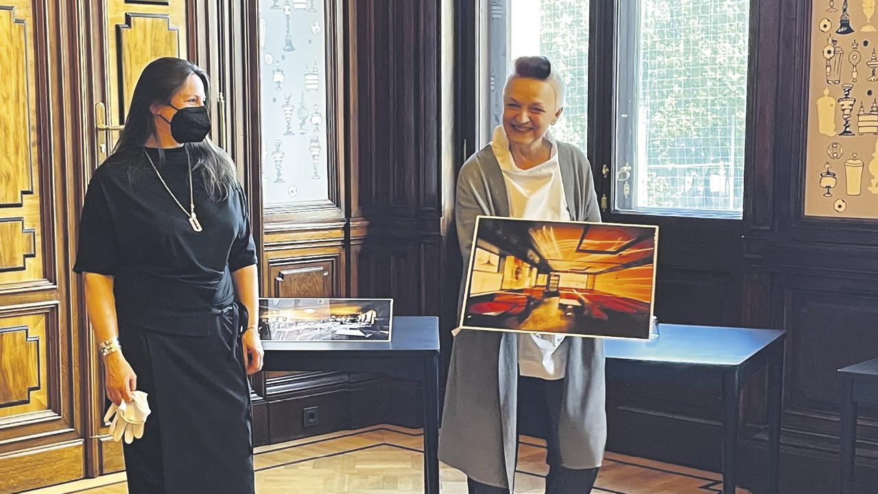 zwei Damen bei der Vorstellung eines neuen Gemäldes