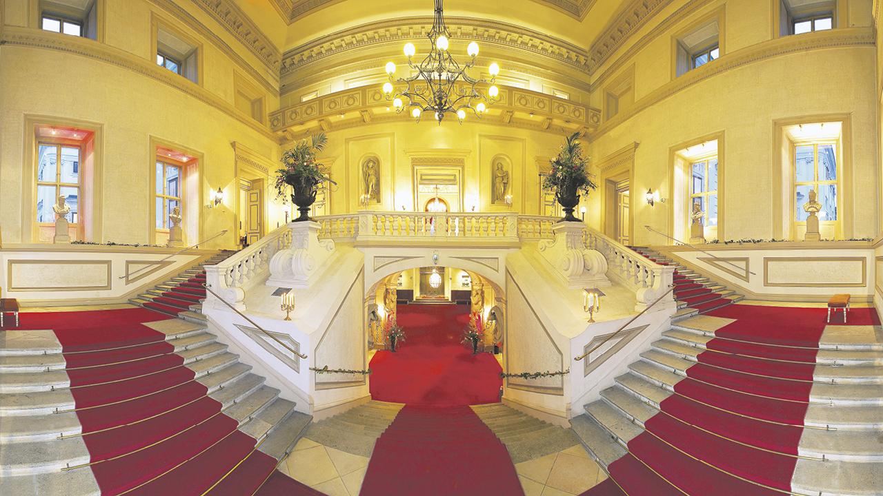 Palais Auersperg, zwei-teiliger Stiegenaufgang im inneren des Palais