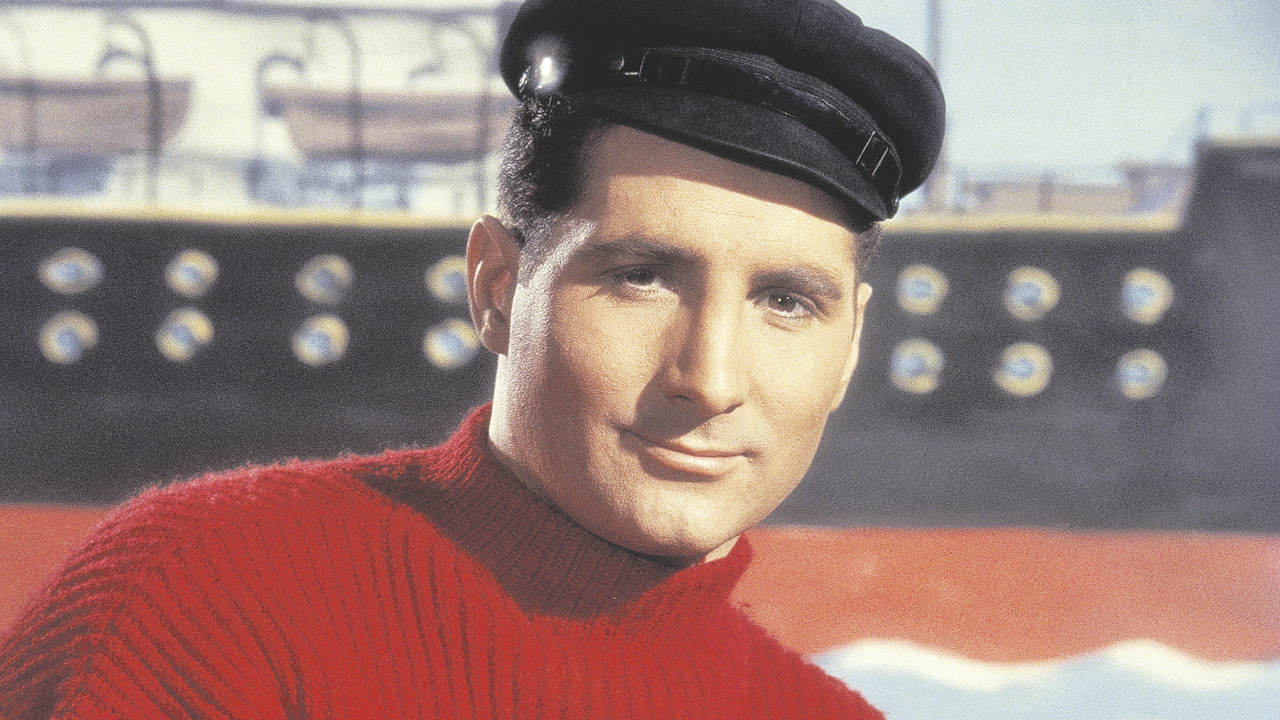 Freddy Quinn im roten Pullover mit schwarzer Mütze