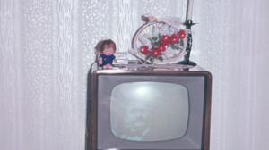 Püppchen auf TV Gerät