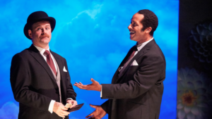 2 Männer vor blauem Hintergrund