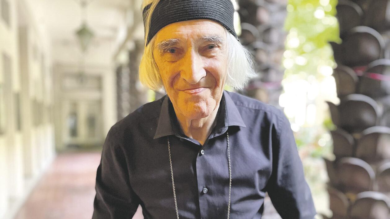 weißhaariger älterer Mann lächelt freundlich in die Kamera