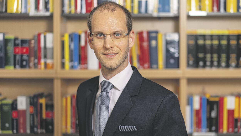 junger Anwalt mit Brille